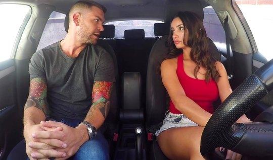 Брюнетка в машине занимается сексом с татуированным водителем...