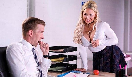 Студентка с большими дойками помогает учителю снять напряжение...