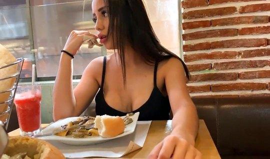 Девушка на публике в кафе испытывает оргазм от шалостей друга...
