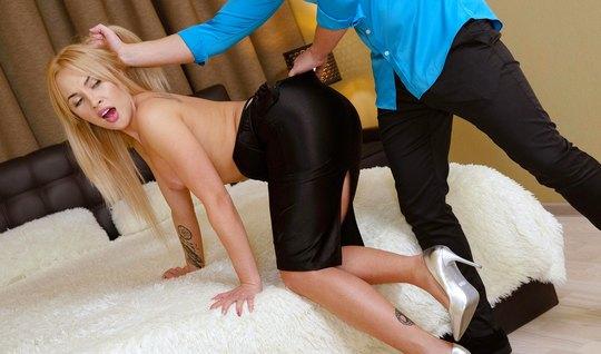 Блондинка разделась до гола и занялась вагинальным сексом в разнообраз...