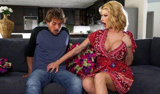 Грудастая мамка в гостиной получает оргазм от секса с пасынком...