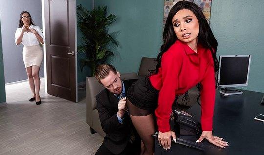 Начальник в кабинете поставил секретаршу в позу и трахнул ее