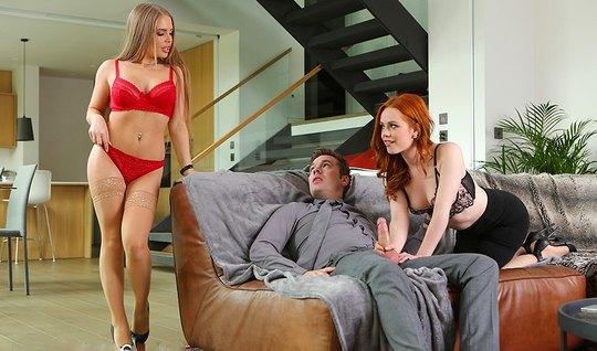 Блондинка с рыжей подругой в чулках подарили любовнику групповой секс...