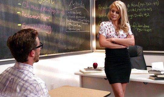 Училка блондинка соблазнила студента на шикарный трах в классе...