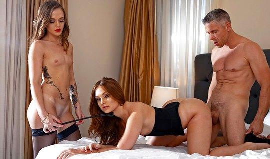 Жена пригласила молодую подружку для группового секса в спальне...
