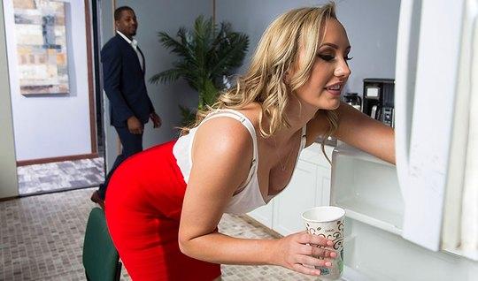 Секретарша с большими сиськами в чулках занимается сексом в офисе с не...