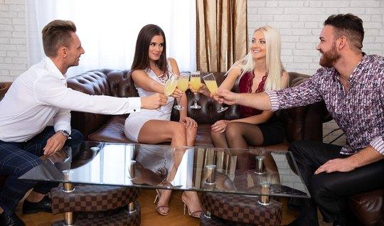 Две красотки в чулках и их любовники устроили на диване групповой секс...