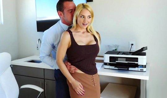 В офисе секретарша с волосатой киской занялась анальным сексом...