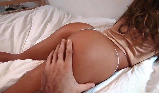 Жена мулатка в постели раздвинула ноги для съемки классического домашн...
