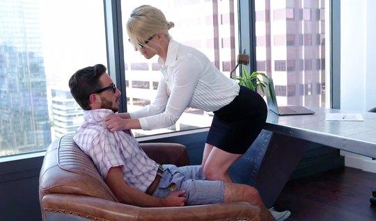 Зрелка в офисе подставила киску для красивого секса с очкариком...