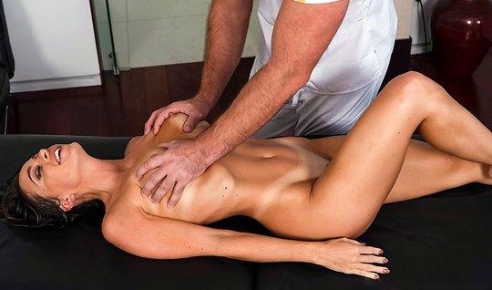 Девушка после массажа кончает от секса с массажистом и получает оргазм...