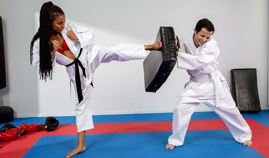 Мулатка после тренировки доминирует и трахает своего тренера...