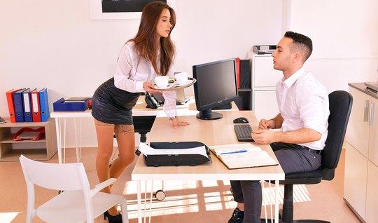 На работе секретарша в чулках подставляет пилотку для любви и нежности...
