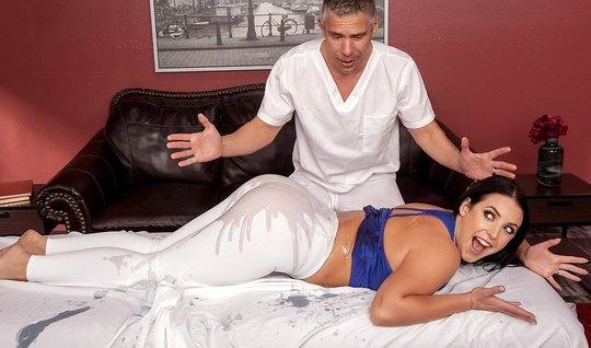 Жена с большой жопой в лосинах после массажа переключилась на член муж...