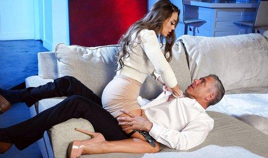 Два агента сошлись в неравном бою на диване и получили оргазм от аналь...