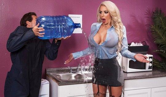 Блондинка с большими дойками трахается в офисе с доставщиком воды...