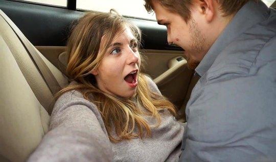 Парень в машине позволил себе снять домашнее порево с подругой...