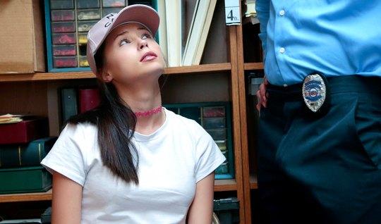 Девушка с кепкой на голове полирует ротиком в офисе охранника большой ...