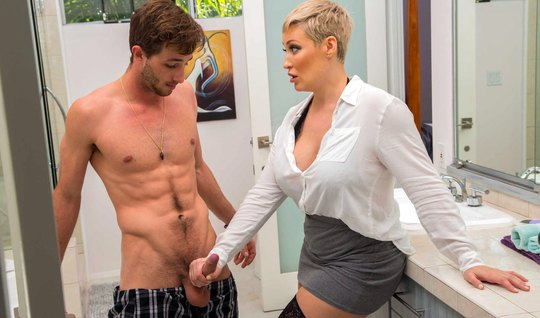 Лукас Фрост в ванной трахает толстую матюрку то в горло, то в писечку ...