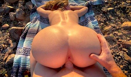 На природе блондинка отсосала пенис и насладилась сексом от первого ли...