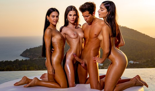 Три брюнетки кончают во время группового секса с одним парнем...