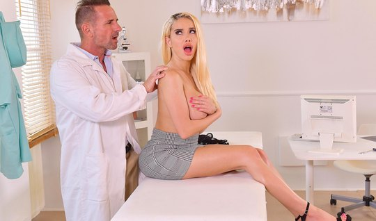 Блондинка с большими дойками на приеме доктора в офисе кончила от секс...