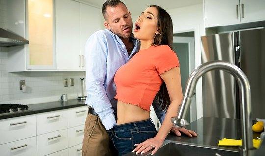 Брюнетка с тугой дыркой обожает страстный секс с партнером...