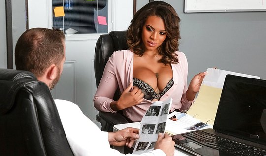 Мулатка с большими дойками прямо в офисе прыгает на члене начальника...