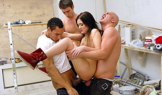 Три русских парня в разных позах дарят телочке двойное проникновение...