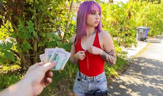 Пикапер снял на улице молодую татуированную шлюшку и трахнул ее на кам...
