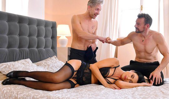 Брюнетка в чулках испытала яркий оргазм от секса втроем с двойным прон...