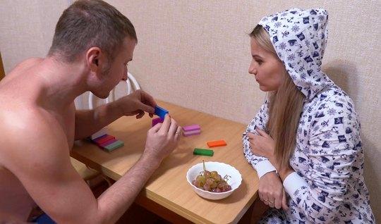 Русская девушка с парнем снимают на кухне свое домашнее порно