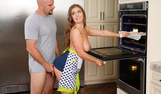 Лысый мужик прямо на кухне подарил девушке с большими дойками секс...