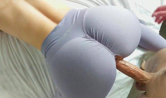 Рыжая подружка в лосинах в разных позах подставляет киску для секса кр...