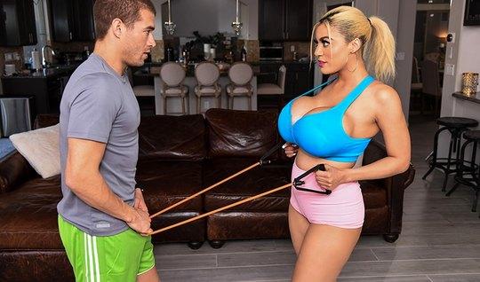 Блондинка с большими дойками изменяет супругу с молодым и резвым трене...