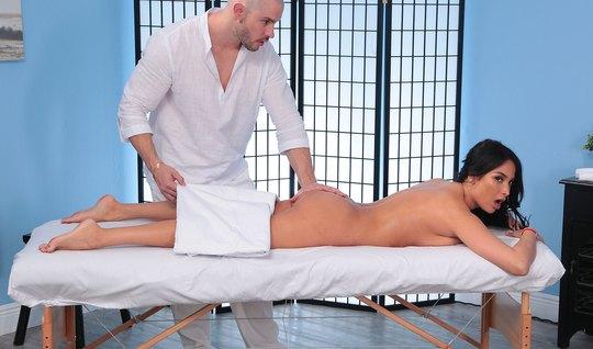 Сексапильная брюнетка на массаже не против, чтобы мастер отодрал ее в ...