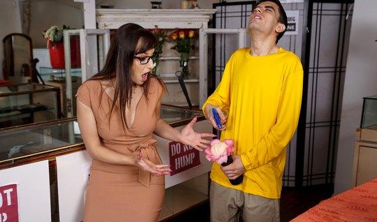 Мамка увидела, как зять дрочит секс-игрушкой член, и не могла оставить...