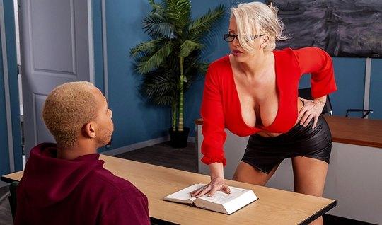 Мамка показала большие дойки и соблазнила студента на секс после уроко...