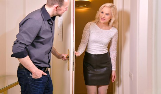 Русская блондинка раздвигает ноги для порки с бородатым поклонником...