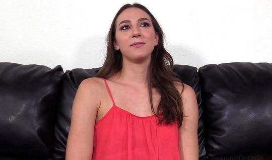Брюнетка пришла на кастинг и в разных позах занялась реальным сексом...